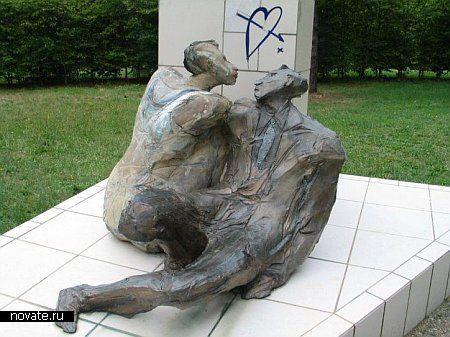 Еще один памятник влюбленным, правда слегка необычный..