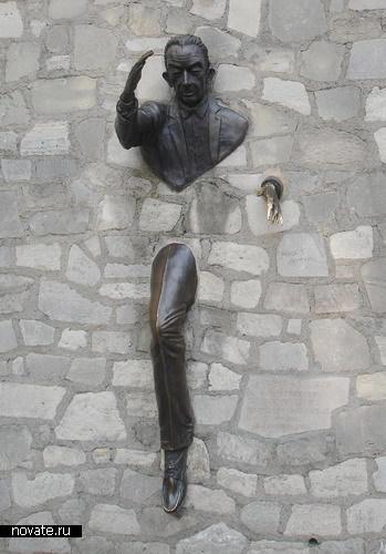 Человек, проходяший сквозь стену