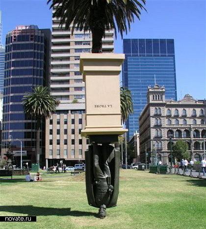 Перевернутый памятник в Мельбурне