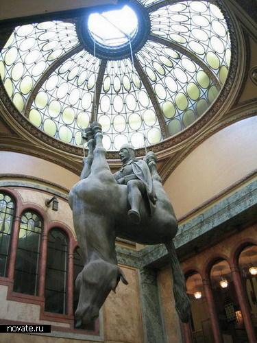 Памятник святому Вацлаву на перевернутой лошади в Праге