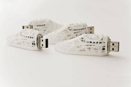 Миниатюрный город в метровом кроссовке