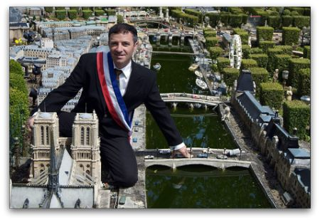 Макет Парижа из мусора