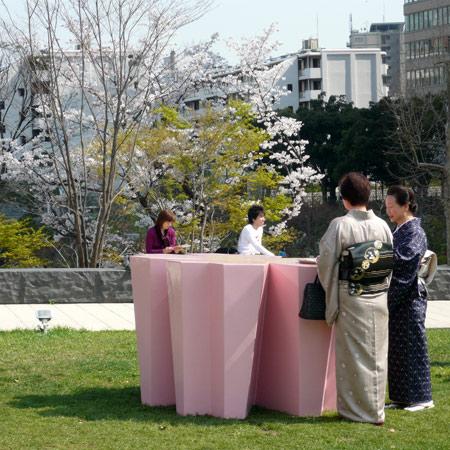 Кафе на открытом воздухе с мебелью в виде цветков вишни