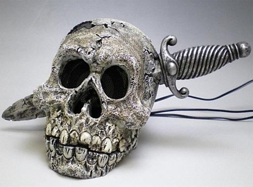 Колонки в виде человеческих черепов
