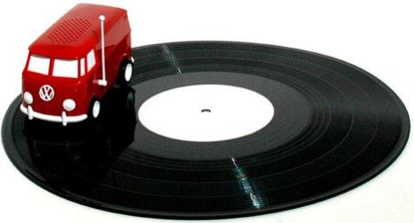 Маленький минивэн Фольксваген проигрывает записи с грампластинок