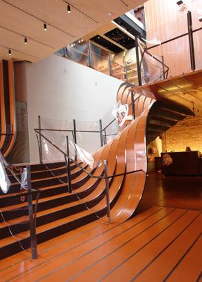 Стальная лестница в виде лент