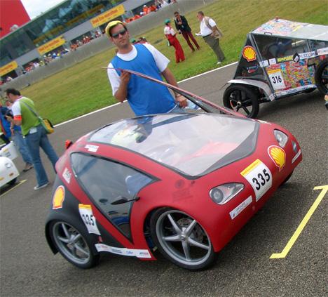 Крошечный автомобиль M-112 на экологическом марафоне во Франции