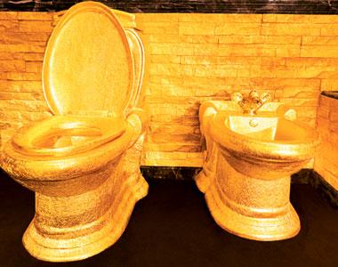 Туалет из золота в Golden Palace Swisshorn