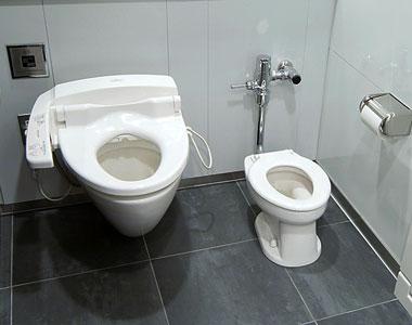 Туалет в  семейном торговом центре NaRa