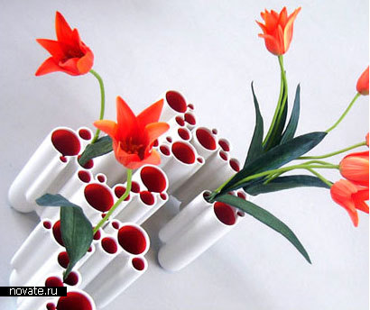 Множество неглубоких емкостей, куда можно поставить цветы