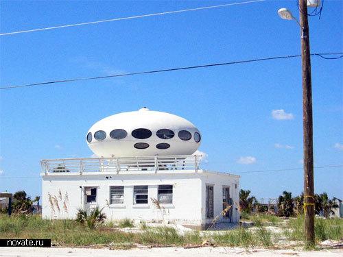Еще один дом на пляже Флориды – с летающей тарелкой на крыше