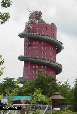 Китайский дом с обвившимся драконом