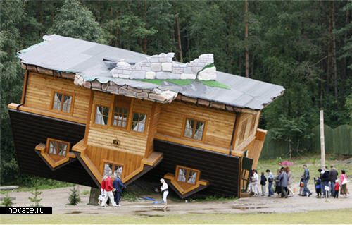 Перевернутый дом Даниеля Шапиевски в Польше