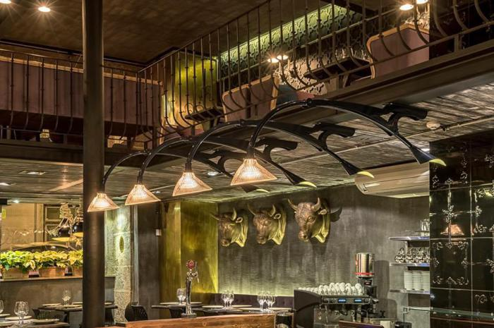 Светильники над баром сделаны по проекту Ярослава Галанта. Оригинальное стекло для плафонов 1932 года было привезено из Америки.