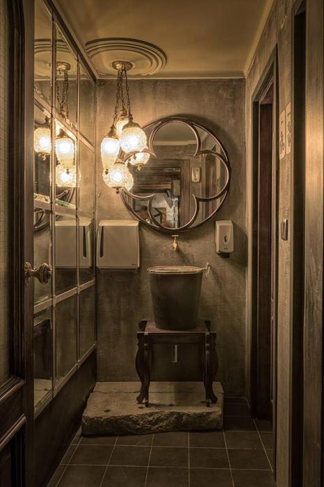 Для светильников были выбраны плафоны Ананас из голливудской коллекции 50-х годов. Умывальник и зеркало, изготовленные по проекту Ярослава Галанта, установлены на натуральном камне.