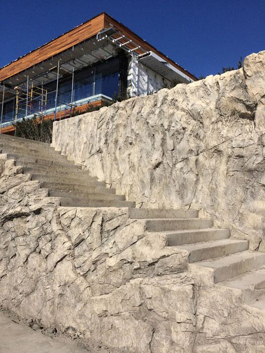 Подпорная стена и лестница из архитектурного бетона.