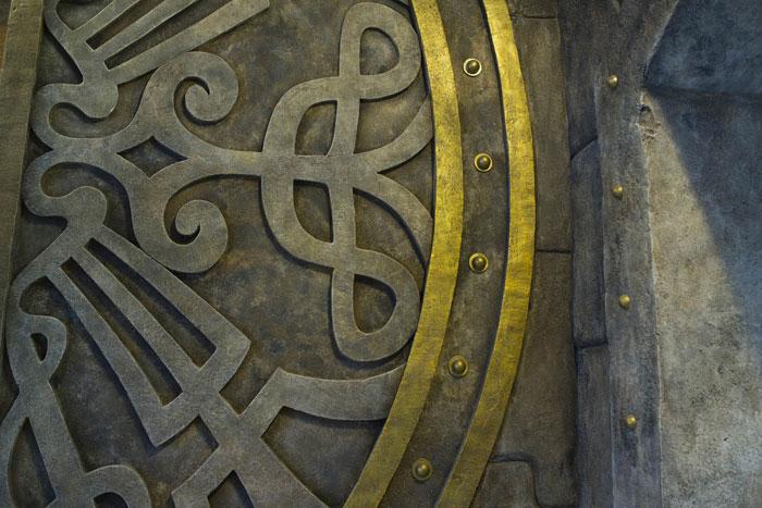 Орнаментальный кельтский узор из арт-бетона с металлическими элементами.