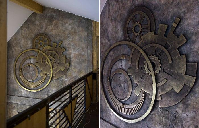 Каменное панно в виде металлических элементов, сделанных из арт-бетона, хорошо вписалось в интерьер стимпанк.