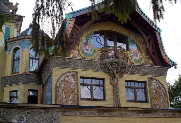 Это райское дерево из арт-бетона со змеем-искусителем украсило фасад загородного дома, владелец которого является поклонником модерна.