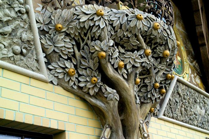 Дерево из арт-бетона на фасаде дома.