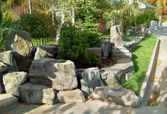 В японском саду камни - главные элементы. Важно, чтобы они выглядели естественно, гармонировали с природой.