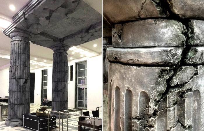 Античные колонны из арт-бетона в интерьере бизнес-центра. Скульпторам удалось повторить трещины и сколы, характерные для полуразрушенных архитектурных памятников.