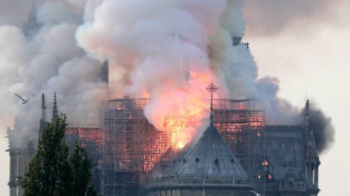 Пожар в Соборе Парижской Богоматери начался в 7 часов вечера. | Фото: REUTERS.