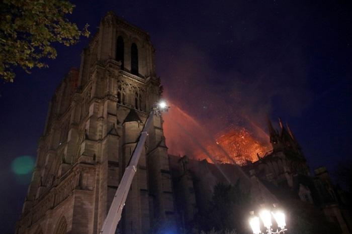 Пожар тушат 400 пожарных. | Фото: REUTERS.