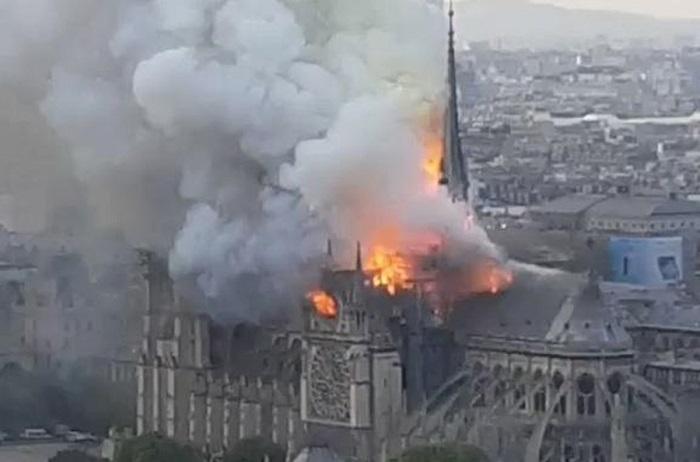 Горит символ Парижа Нотр-Дам де Пари. | Фото: REUTERS.