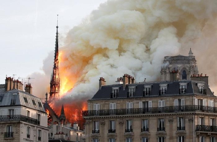 В Париже горит Нотр-Дам де Пари. | Фото: REUTERS.