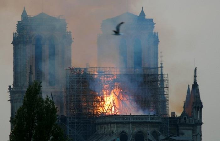 В соборе рухнул шпиль. | Фото: REUTERS.
