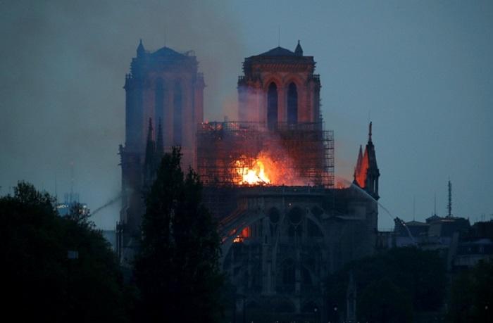Люди должны быть готовы к тому, что собор не уцелеет. | Фото: REUTERS.