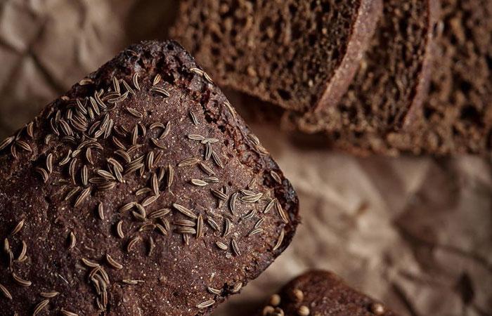 Если храните хлеб в полиэтиленовом пакете, обязательно проделайте в нем небольшие отверстия.