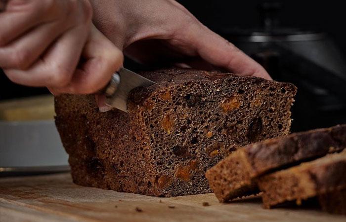 Чтобы сохранить свежесть хлеба дольше, лучше разрезать его с середины.