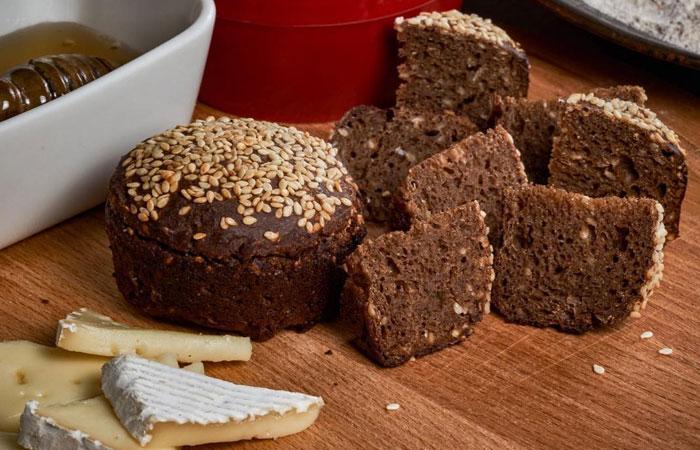 При хранении в холодильнике хлеб теряет влагу и впитывает посторонние запахи.