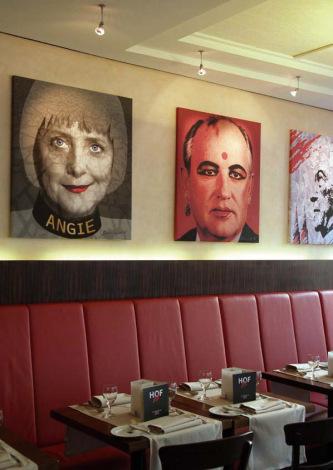 Интерьер кафе с постером Михаила Горбачева, стилизованного под индианку