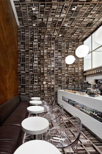 Необычное кафе выглядит, как перевернутая библиотека