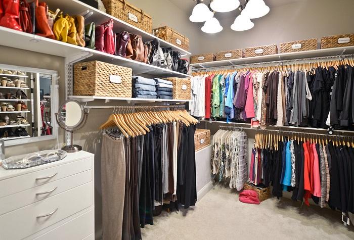 Для гардеробной идеально подойдут светлые стены
