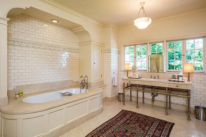 Одна из десяти ванных комнат на вилле