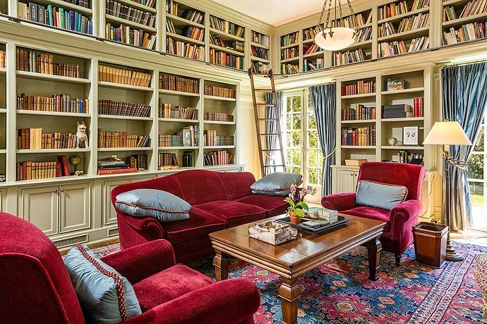 В доме есть большая библиотека