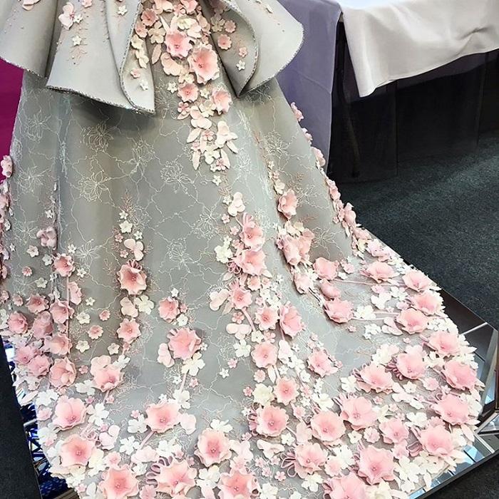 Невероятные цветы на торте Emma Jayne выглядят очень натурально