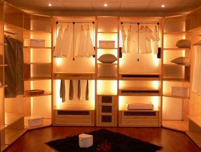 Освещение - очень важный элемент пр и планировке гардеробной комнаты