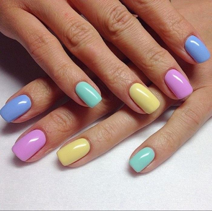 Разноцветные ногти для смелых девушек