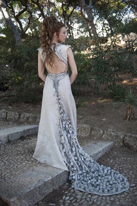Свадебное платье Маргери украшено объемными розами