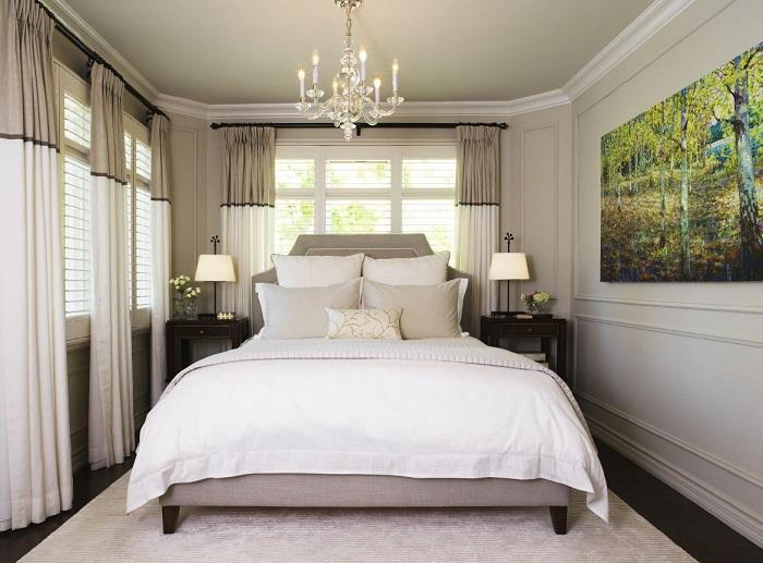 Маленькая спальня с тремя окнами