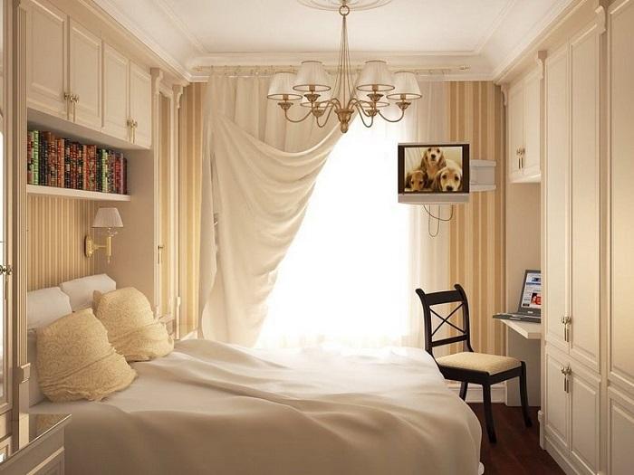 Спальня в бежевых тонах с рабочим местом
