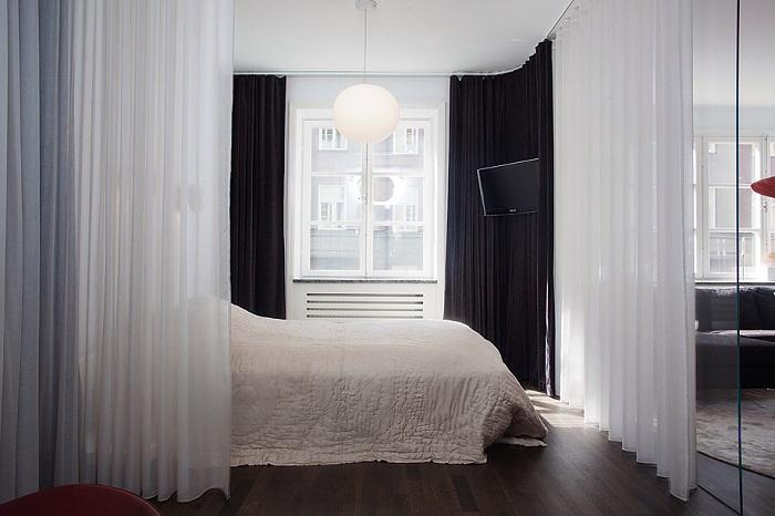 Спальня, отгороженная от комнаты шторкой
