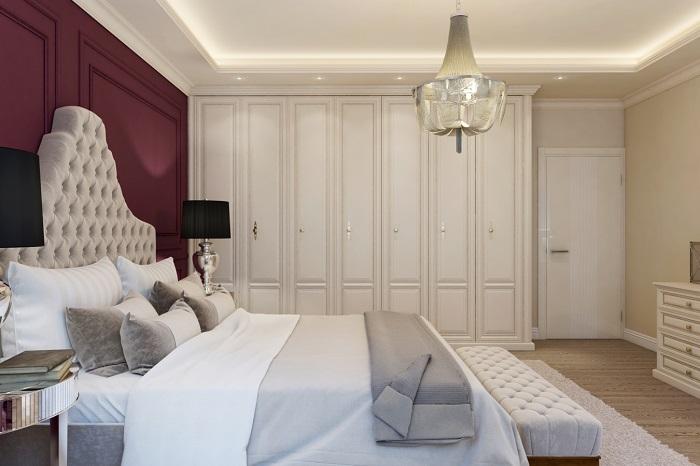 Светлая комната с акцентной стеной цвета марсала