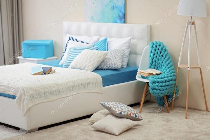 Светлая спальня с яркими акцентами бирюзового цвета