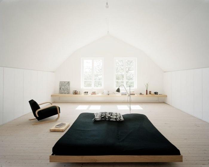 Лаконичная светлая спальня с вкраплениями черного цвета